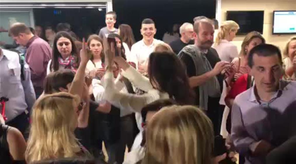 Χορεύοντας γιόρτασε η Αλεξία Μπακογιάννη την εκλογική νίκη του αδερφού της
