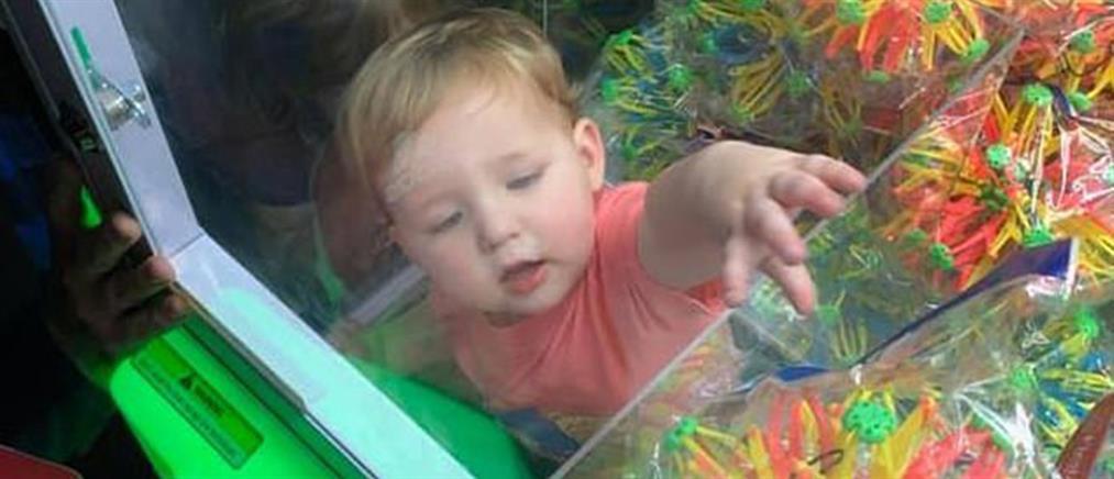 Μωρό εγκλωβίστηκε σε μηχάνημα πώλησης παιχνιδιών! (βίντεο)