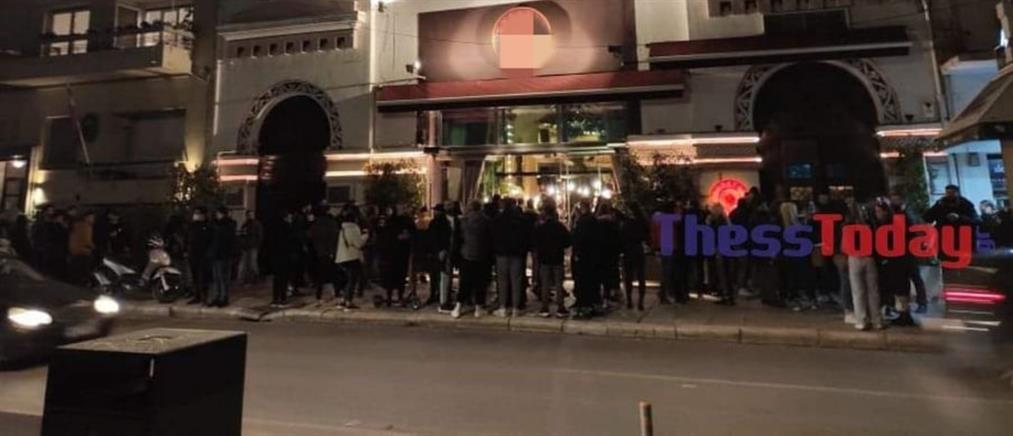 """Κορονοϊός - Lockdown: Συνωστισμός για… """"take away"""" ποτά (βίντεο)"""