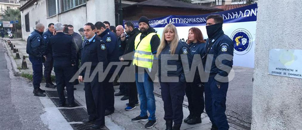 Αστυνομικοί απέκλεισαν τη Διεύθυνση Διαχείρισης Οικονομικού της Αστυνομίας (βίντεο)