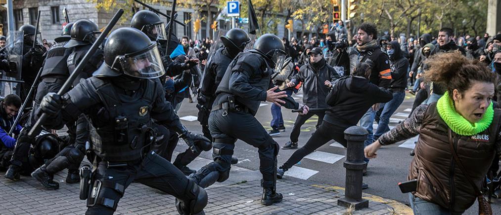 Σφοδρές συγκρούσεις διαδηλωτών – αστυνομίας στη Βαρκελώνη (βίντεο)