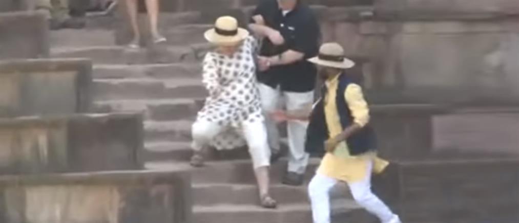 Η… τούμπα της Χίλαρι Κλίντον από τις σκάλες (βίντεο)