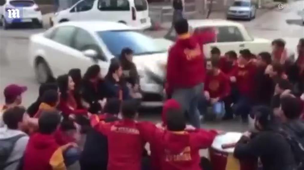 Αυτοκίνητο παρέσυρε οπαδούς της Γαλατασαράι