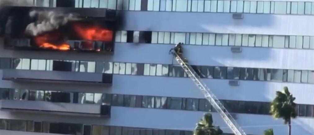 Στις φλόγες κτήριο 25 ορόφων (βίντεο)
