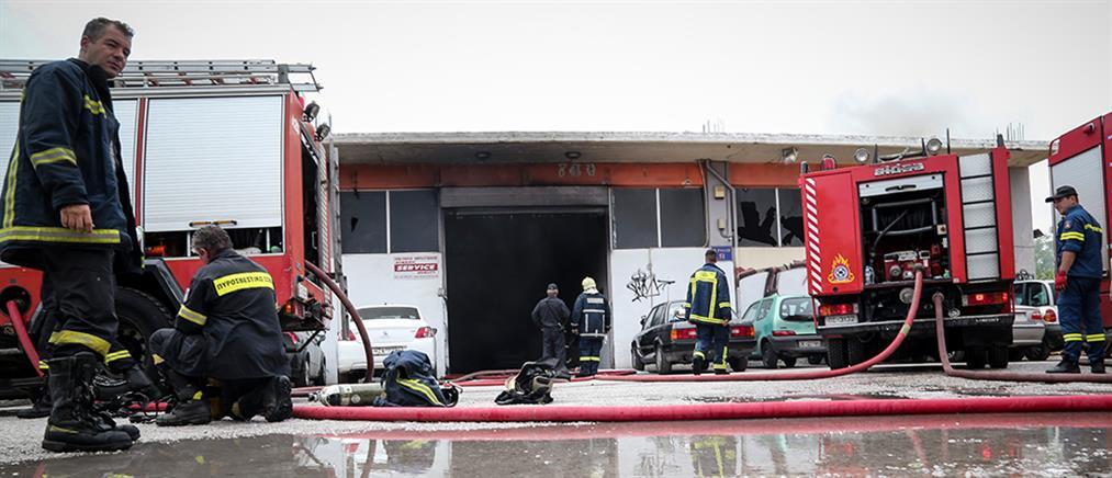 Φωτιά σε συνεργείο αυτοκινήτων στον Ταύρο