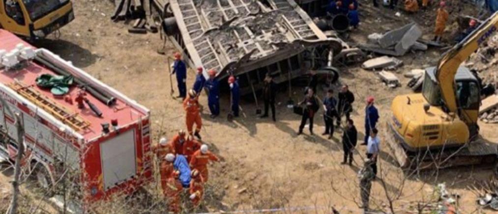 """Τρένο εκτροχιάστηκε και """"καρφώθηκε"""" σε σπίτι, σκορπώντας τον θάνατο (βίντεο)"""