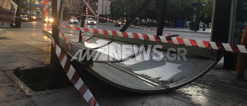 Σύνταγμα: Λεωφορείο έπεσε σε στάση (εικόνες)