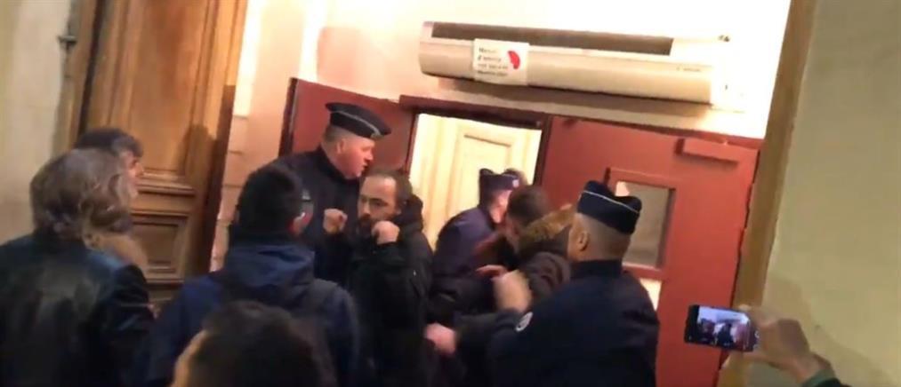 """Διαδηλωτές επιχείρησαν να """"λιντσάρουν"""" τον Μακρόν σε θέατρο (βίντεο)"""