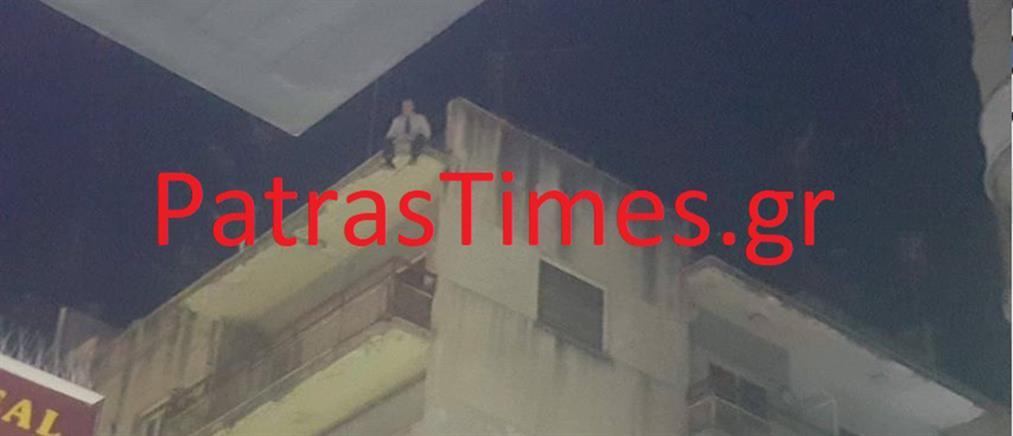 Άνδρας απειλούσε να πέσει από πολυκατοικία (εικόνες)
