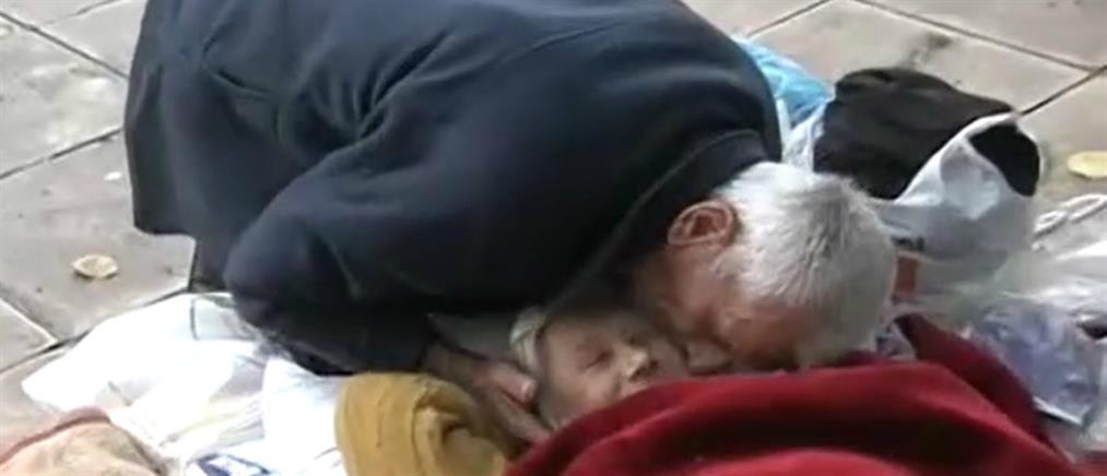 Αποκλειστικό ΑΝΤ1: Ηλικιωμένο ζευγάρι ζει στο προαύλιο εκκλησίας στον Κεραμεικό (βίντεο)
