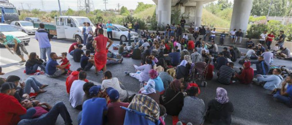 """Δεκάδες μετανάστες """"έκλεισαν"""" την εθνική οδό Αθηνών-Λαμίας"""
