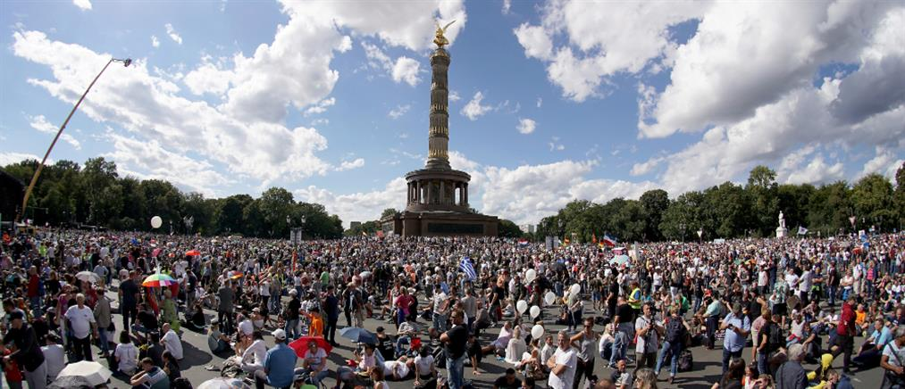 """Κορονοϊός: Διαδηλώσεις κατά του """" ψέματος"""" στην Ευρώπη (εικόνες)"""