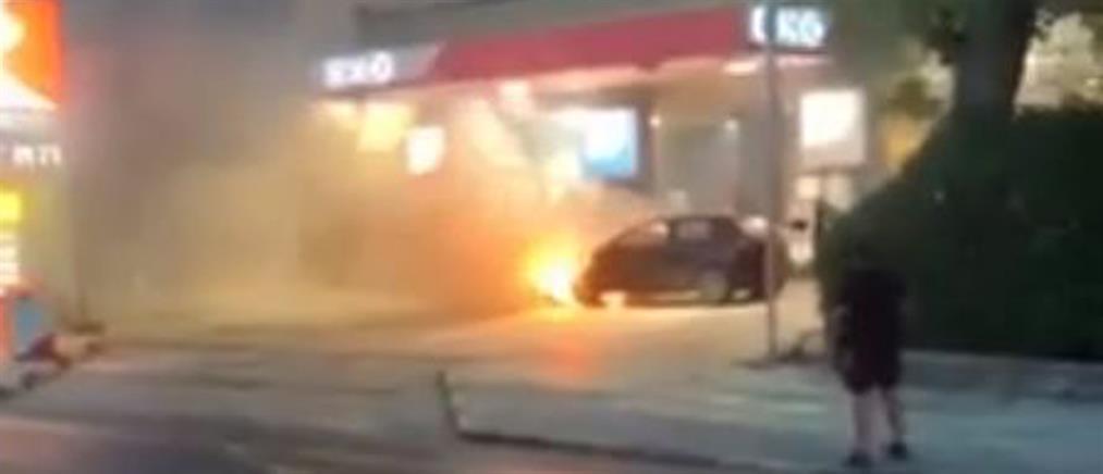Φλεγόμενο αυτοκίνητο σε βενζινάδικο της Παραλιακής (βίντεο)