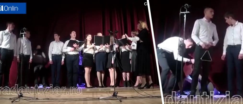 Λιποθύμησε σε χριστουγεννιάτικη παράσταση και οι συμμαθητές του τον κρύβουν και συνεχίζουν (βίντεο)