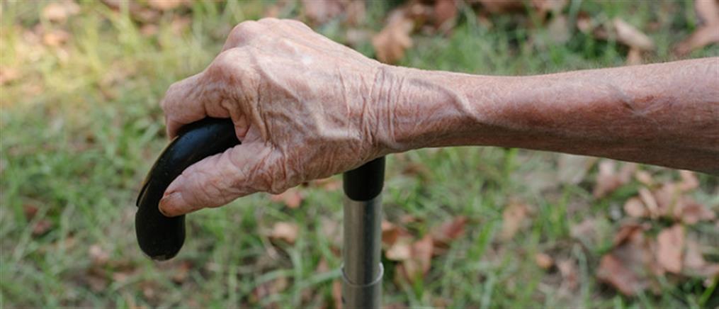 Ατρόμητη γιαγιά ξυλοκόπησε με μαγκούρα τον ληστή της! (βίντεο)