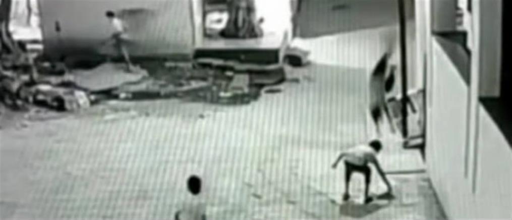 Αγοράκι έπεσε από ταράτσα και σώθηκε (βίντεο)