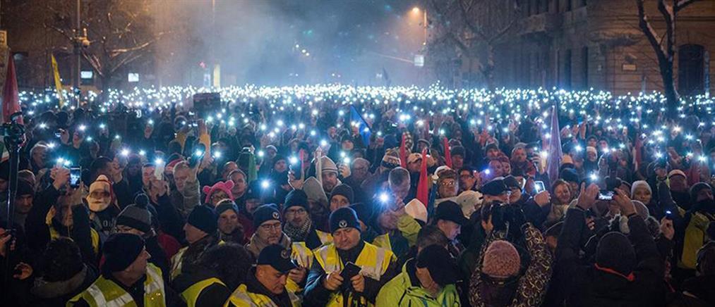 """Ουγγαρία: χιλιάδες πολίτες στους δρόμους κατά του """"Νόμου της δουλείας"""""""