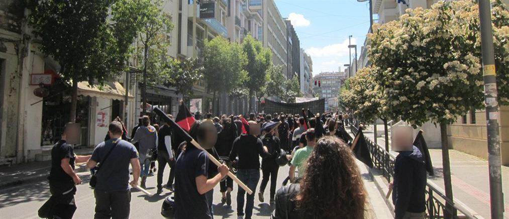 Έπεσε ξύλο στην πορεία για την απεργία (βίντεο)