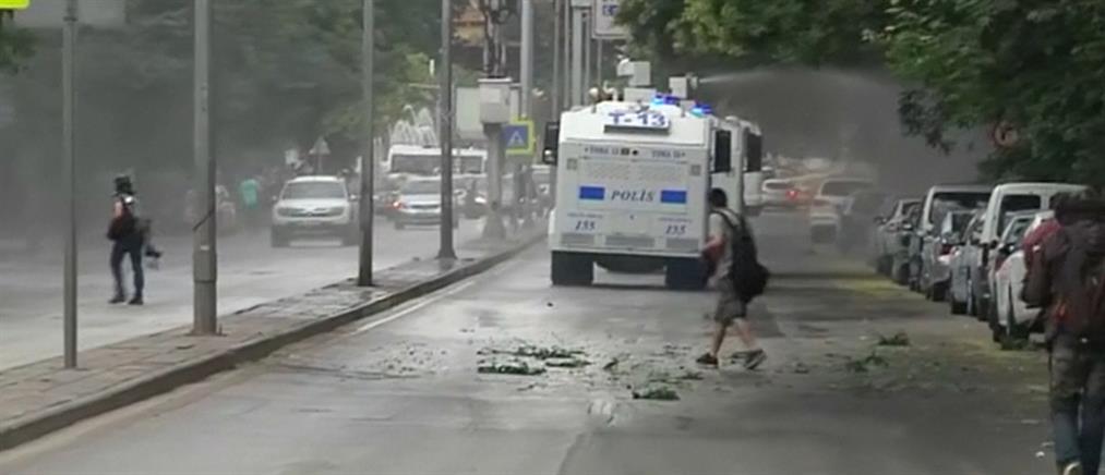Δακρυγόνα και αντλίες νερού κατά διαδηλωτών στην Άγκυρα (βίντεο)