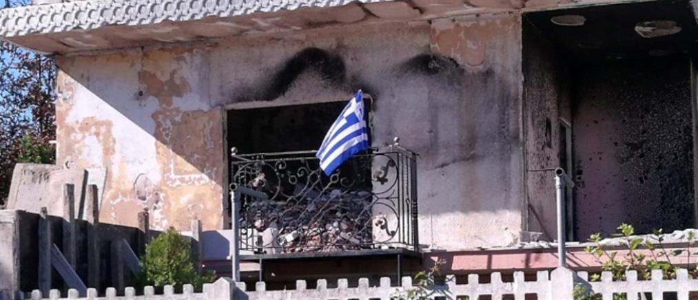 Συγκινητικό: Ύψωσαν ελληνική σημαία στα αποκαΐδια σπιτιού στο Μάτι (εικόνες)