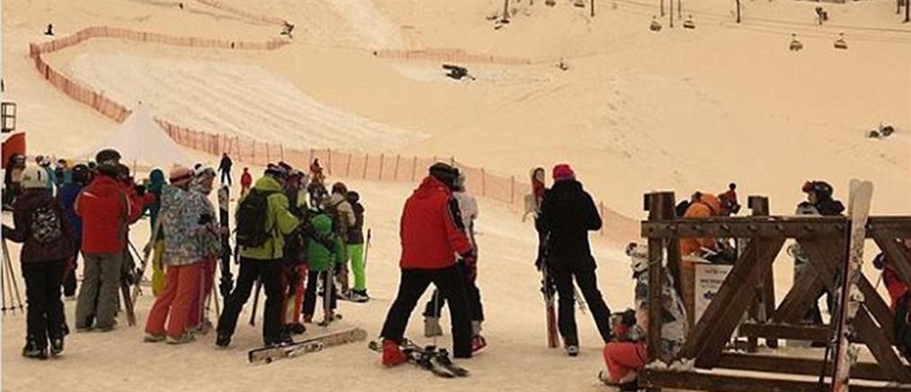 Viral το πορτοκαλί χιόνι που έκανε δημοφιλή θέρετρα να μοιάζουν με τοπία από τον Άρη (βίντεο)