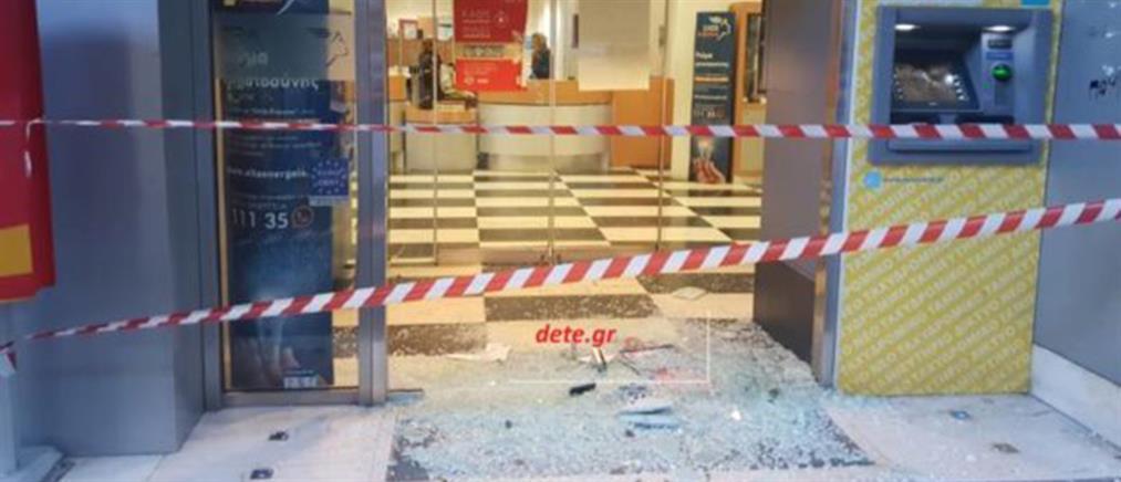 """""""Καταδρομική"""" επίθεση με βαριοπούλες σε υποκατάστημα ΕΛΤΑ (εικόνες)"""