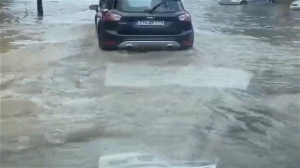 Πλημμύρισε και έκλεισε η Πειραιώς