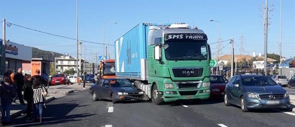 Σύγκρουση νταλίκας με αυτοκίνητο (εικόνες)
