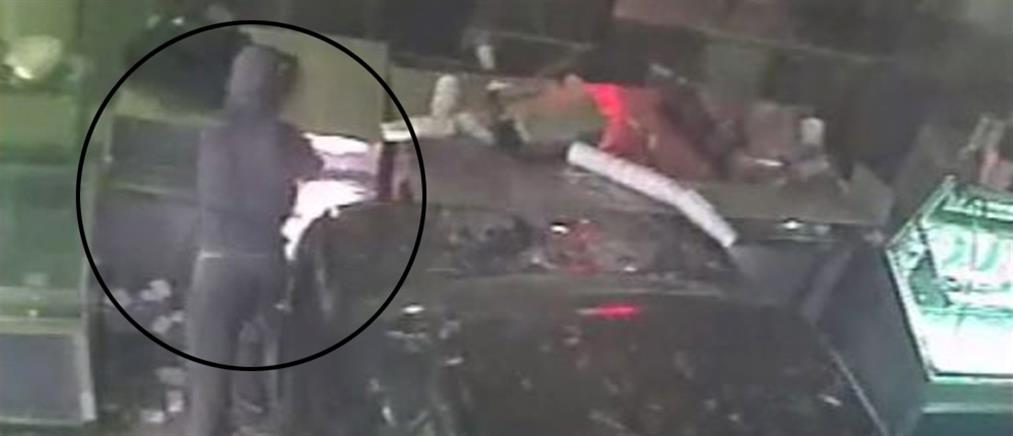Μπούκαραν με αυτοκίνητο σε κατάστημα για να κλέψουν την ταμειακή (βίντεο)
