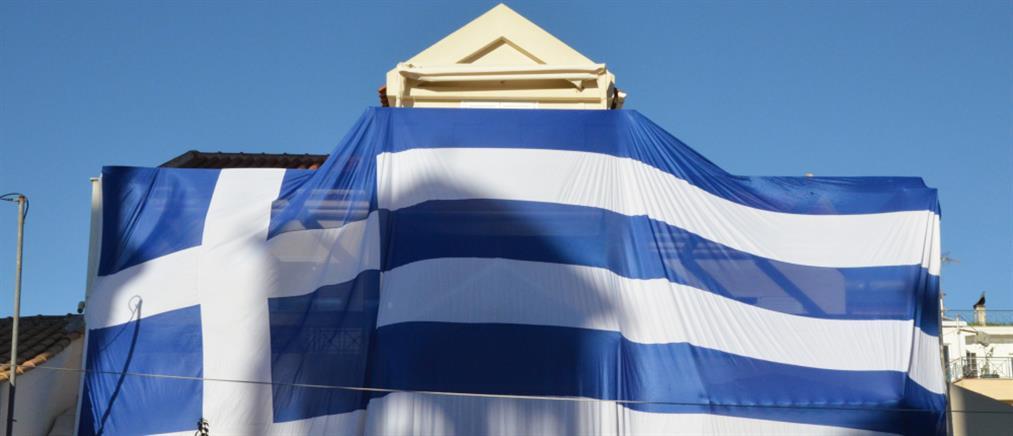 """""""Σκέπασε"""" το σπίτι του με ελληνική σημαία 140 τ.μ. (εικόνες)"""