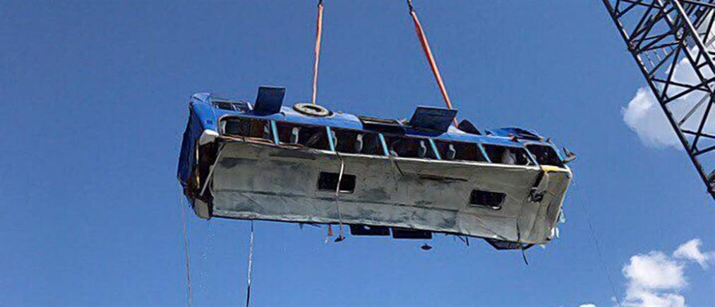 Τραγωδία με λεωφορείο που έπεσε στη θάλασσα