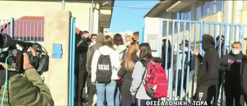 """Θεσσαλονίκη: Εκατοντάδες μαθητές """"έσπασαν"""" την κατάληψη λίγων για τα self test"""
