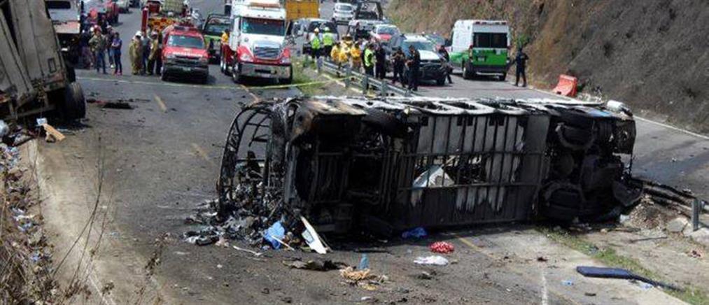 Δεκάδες νεκροί μετά από σύγκρουση λεωφορείου με φορτηγό (εικόνες)