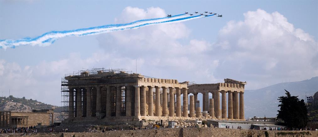 Μαχητικά Rafale σχημάτισαν την ελληνική σημαία πάνω από την Ακρόπολη (εικόνες)