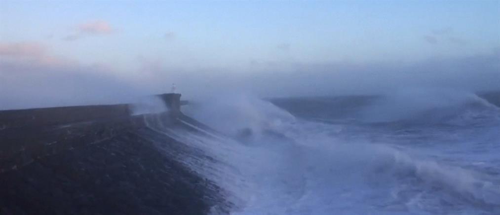 Τρομακτικά κύματα στις ακτές της Βρετανίας (βίντεο)