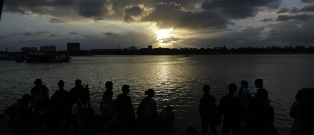 """Νεκρός βρέθηκε ο Ινδός """"Χουντίνι"""" που βούτηξε αλυσοδεμένος στον Γάγγη"""