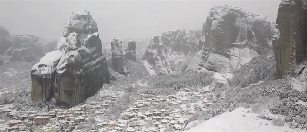 """""""Μαγεύουν"""" τα χιονισμένα Μετέωρα (βίντεο)"""