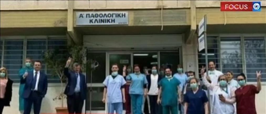 Συγκίνηση, ανακούφιση και χαμόγελα από την επίσκεψη Τσιόδρα σε γιατρούς και ασθενείς (βίντεο)