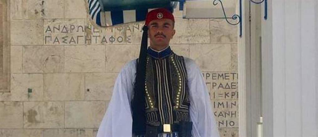 Δάκρυα και υπερηφάνεια για τον Εύζωνα που έσβησε μέσα στην Προεδρική Φρουρά (βίντεο)