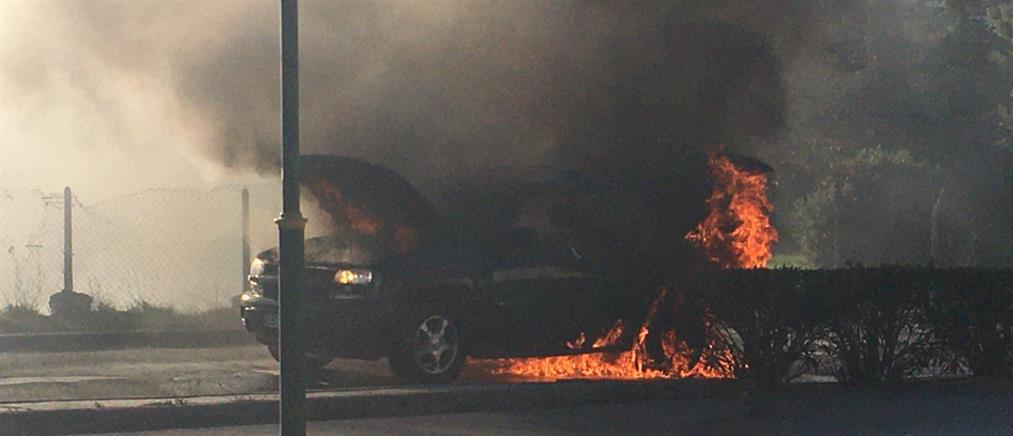 Αυτοκίνητο τυλίχθηκε στις φλόγες εν κινήσει (βίντεο)