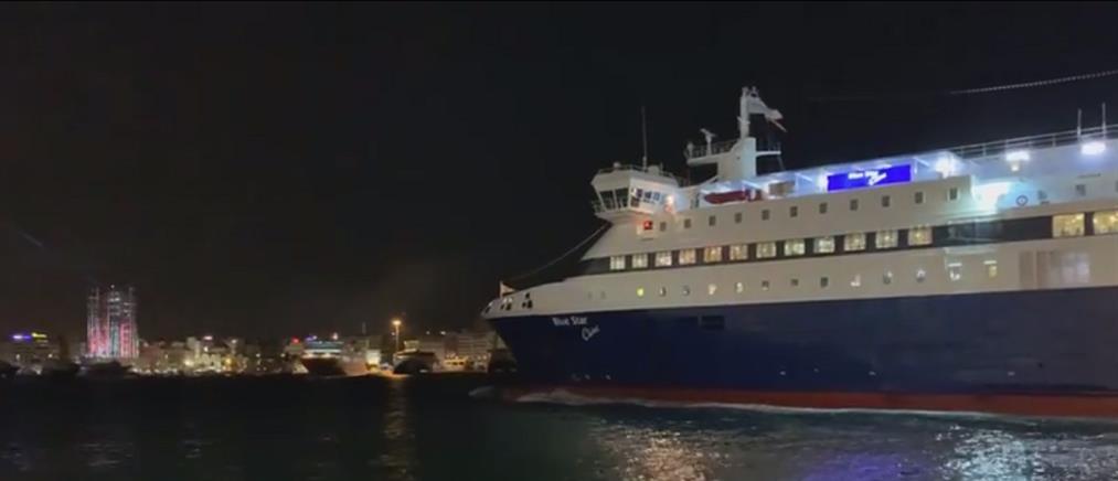 """Πρωτοχρονιά: θερμή υποδοχή στο πρώτο """"πλοίο"""" που έδεσε στον Πειραιά (βίντεο)"""