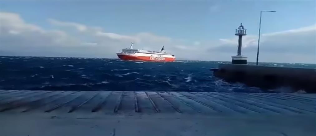 """Ο εντυπωσιακός ελιγμός του καπετάνιου του """"Fast Ferries Andros"""" για να """"δέσει"""" στο λιμάνι (εικόνες)"""