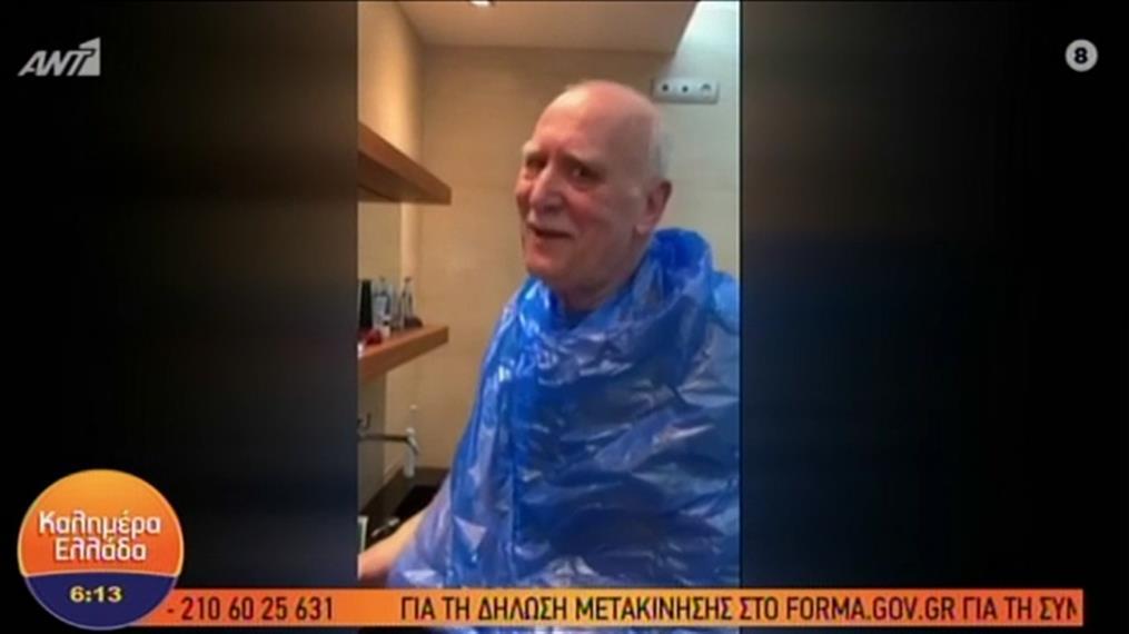 Ο Γιώργος Παπαδάκης κουρεύτηκε μόνος του μπροστά στον καθρέφτη