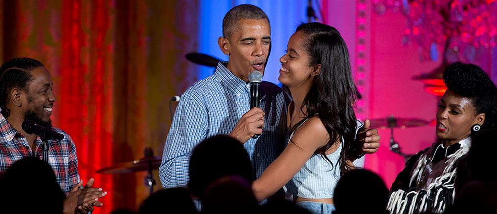 """Ο Ομπάμα τραγουδάει """"Happy Birthday"""" στην κόρη του (βίντεο)"""