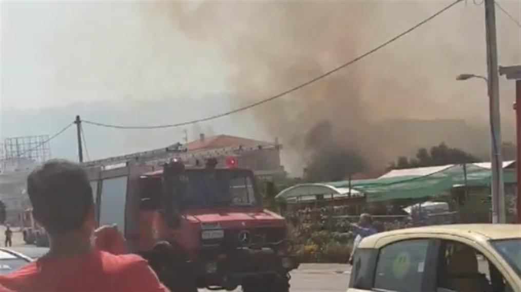 Έκλεισε η Λ. Μαραθώνος εξαιτίας πυρκαγιάς στην Ραφήνα