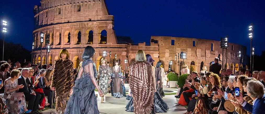 Ο Fendi τιμά τον Λάγκερφελντ με επίδειξη μόδας στην αρχαία Ρώμη (βίντεο)