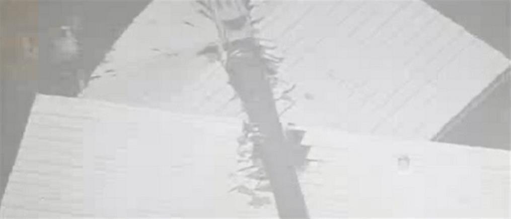 Γερανός καταπλάκωσε σπίτι (βίντεο)