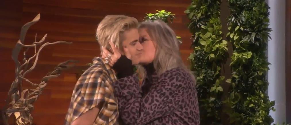 Τα «καυτά» φιλιά της Νταϊάν Κίτον στον Τζάστιν Μπίμπερ on air (βίντεο)