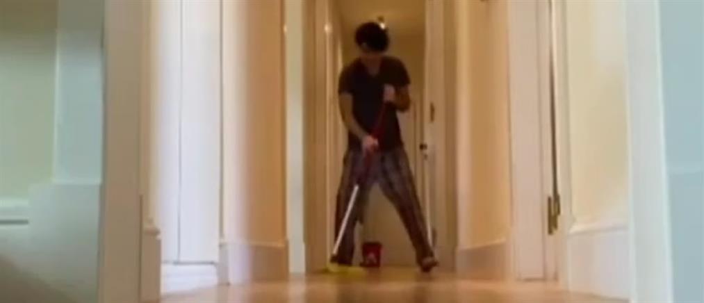 """""""Μένουμε σπίτι"""" με συντροφιά τα μηνύματα και τις """"παραστάσεις"""" στο διαδίκτυο από Έλληνες καλλιτέχνες (βίντεο)"""