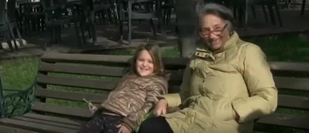 Παππούδες και γιαγιάδες βάζουν… πλάτη στις γιορτές, κρατώντας τα εγγόνια (βίντεο)